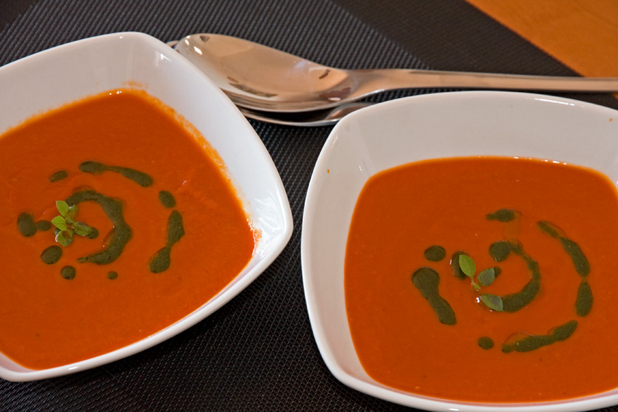 Tomaten – paprikasoep met zelfgemaakte basilicumolie