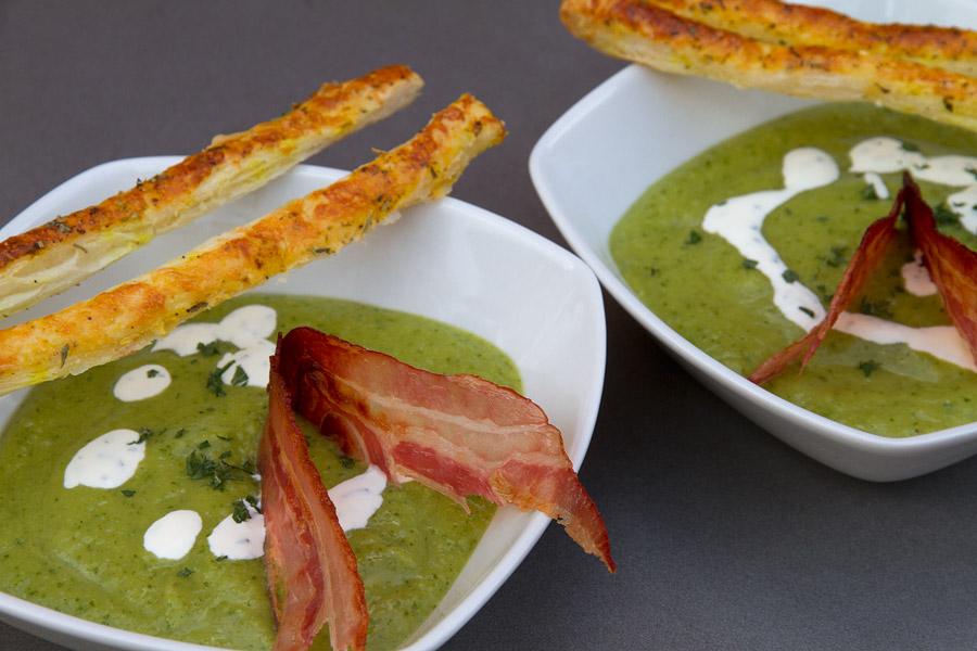 Courgettesoep met uitgebakken spek en soepstengeltjes